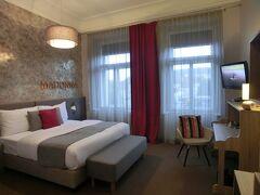 観光ツアーが終わったところで、ホテルに戻り朝からお願いしていた、 プラハ城側の部屋へ移動させていただきました。 そのかわり、バスタブ無しのシャワーのみでした。 2・3泊目はマドンナという名前の部屋に泊まります。