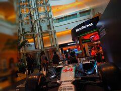 羽田から出発。 メルセデスのF1マシンが展示されていた。