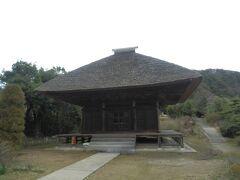 ゴルフ場を挟んで東側の平蔵地区へ7分ほど走り西願寺阿弥陀堂へ. 1495年建造,木造一重,寄棟造,茅葺,国重要文化財.