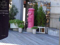 カラコロ工房内にあるピンクの幸運ポスト。