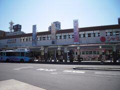 松江駅に到着しました。これからレンタカーで島根・鳥取を横断します。 松江市にはおもてなし駐車場制度があり土日祝日は県庁や市役所等の駐車場を無料開放してくれるとってもすばらしい制度があります。早速県庁へ駐車させてもらい市内観光へ。