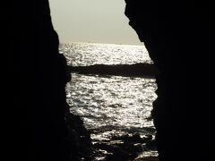 エレベーターから降りてすぐ、岩の裂け目から見える海!ふおおお!