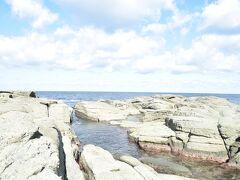寛政4年(1792年)地震により改定が隆起して出来た海岸です。