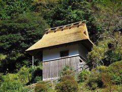 竜神温泉からすぐのところにある「天誅倉 (てんちゅうぐら)」  田辺市龍神村小又川281  この前は、葺き替え中でしたが、無事完成していました。