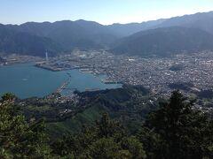 岩へ登らなくても、ご覧の眺め。  天狗倉山まで来て、正解でした。  尾鷲の町全体が見渡せます。  火力発電所の煙突が大きい。