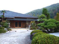 庭園内にある割烹旅館「桃山」( http://nttbj.itp.ne.jp/0263461088/index.html )さんに到着。