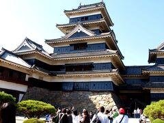 大勢の人が本丸に・・・・。   松本城( http://www.matsumoto-castle.jp/ )