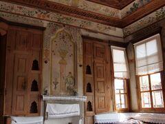 ヨリュク村(Yörük Köyü)  ベクタシュ教団(Bektaşilik)の影響を受けた装飾がある伝統家屋、スィパーヒオウル・エヴィ(Sipahioğlu Evi)です。   ヨリュク村:http://safranboluturizm.gov.tr/sayfa.asp?ctg=8 ベクタシュ教団:https://ja.wikipedia.org/wiki/%E3%83%99%E3%82%AF%E3%82%BF%E3%82%B7%E3%83%A5%E6%95%99%E5%9B%A3