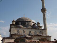 イッゼト・メフメト・パシャ・モスク(İzzet Mehmet Paşa Cami)  18世紀末にイッゼト・メフメト・パシャ(İzzet Mehmet Paşa)に建立されたモスクです。   イッゼト・メフメト・パシャ・モスク:https://en.wikipedia.org/wiki/İzzet_Mehmet_Pasha_Mosque イッゼト・メフメト・パシャ:https://en.wikipedia.org/wiki/Safranbolulu_Izzet_Mehmet_Pasha