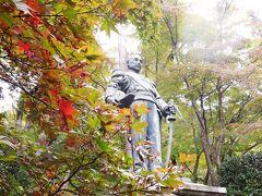 ここの神社の開祖が、浄財を募り、東郷元帥の像を建てたのが始まりと言う。像は大正14年に竣工、すなわち東郷元帥の生前に完成しており、除幕式には本人も来たらしい。  園内には野木希典陸軍大将の像もある。