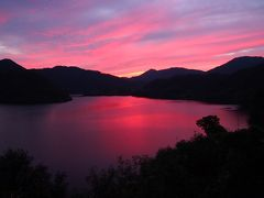 このチャンスを逃してなるものかと車で10分ほどの奥津湖へ。狙い通りの夕景です。