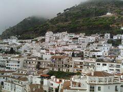 ミハスはアンダルシアを代表する、山あいに広がる白い村です。  ミハス展望台から眺めました。岩山の斜面に密着するように立ち並ぶ白い家々。青空だったらもっと絵になったでしょうに。