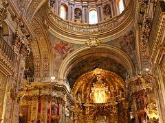 サン・ファン・デ・ディオス教会へと着いたのは9時半頃。 4ユーロ/一人の入場料(英語か西語のオーディオガイド付)を払って入場する。  教会の中は私達以外には誰も拝観者はいなくしんと静まり返っていたのだが、受付のお姉さんが照明のスイッチを入れてくれた途端、それまで真っ暗だった教会の中が輝きだした。  古くからのローマの集会場形式であるバシリカ形式(十字架型)で作られた教会の内部は、鈍色に輝く金で覆い尽くされていた。 金で覆い尽くされている…と書くと成金趣味的な嫌味な教会の様に思えるかもしれないが、此処の教会からはそのような匂いは何も感じてこなかった。  ただ、感じられたのは荘厳な雰囲気と張りつめた空気。 観光用ではない、祈りの場としての空気だけだった。