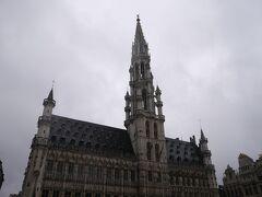 メインは、高さ100mほどのゴシック建築の塔がそびえるこの市庁舎。  なかなか凝った造りです。