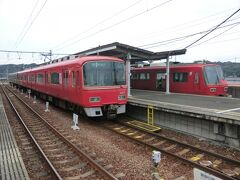 13:07 名古屋から57分。 内海に着きました。  名鉄と言ったら、やっぱりこの赤い電車ですよね。