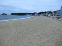 16:20 篠島サンサンビーチです。 美しい砂浜が800m続き、島の人びとは前浜(ないば)と呼んでいます。 ウミガメが産卵に来ることもあるそうです。