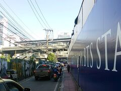 朝から散歩。パチャラスイートホテルを出発し、正面に見えるのがナナ駅です。
