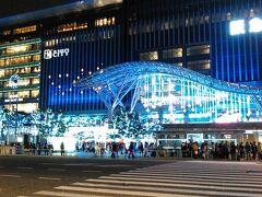 辺りはすっかり暗くなってきました。100円バスで博多駅へ。イルミネーションが綺麗です。屋台が何軒も出ていました。ホットワインや、クリスマスの飾り物など。12月は寒いけれど、11月はまだ少し暖かいので、お店を覗くだけでも楽しく、ゆっくり見て回れます。