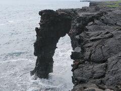 エトルタみたいなアーチ。溶岩のもろさからすると、そんなに長くはもたなそう。