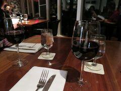 ホテルの予約時に早々にレストランのリクエストを入れていたのだが、案の定、ちゃんと予約されておらず。でも、受付のお姉さんに話したら、なんとか窓側に席を用意してくれた。天気が悪かったのも良かったのかもね。ワインリストはかなり充実しているけど、アメリカ産のものが多くて、見当が付かない。カベルネソービニオン種の赤ワインをとりあえずグラスで頼んだが、これはなかなかいけた。 そういえばガイドブックとかで見たときとレストランの雰囲気が違うなあと思ったら、テーブルクロスがかかっていないのだった。それだけでちょっとカジュアルな雰囲気。まあいいですけどね。