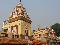 続いてヒンドゥ教寺院Lakshmi Narayan Templeへ シーク教はホワイト&ゴールド、ジャイナ教もクリーム&レッドと 2色がメインだったのでこちらの寺院はカラフルに感じました。 建物も新しいのかとてもキレイです。