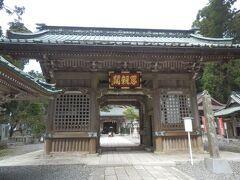 久遠寺奥之院思親閣仁王門. 身延山頂は日蓮が故郷の両親を偲んだ場所である.