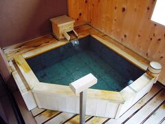 お部屋の露天風呂。 ここのお宿の評価は、クチコミをご覧下さいませ。  すばらしいお湯ですよ!  3日目もあります。どうぞお付き合いくださいませ。w