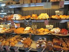 近くに軽井沢のパン屋さん、沢村を広尾で発見。レストラン「分とく山」の隣。 入ってみましょ。 小ぶりのハード系パンですが、お値段は高めです。