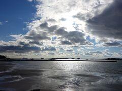 海がキラキラして綺麗です。しかし風が吹いてとても寒いです。  【大浦海水浴場】