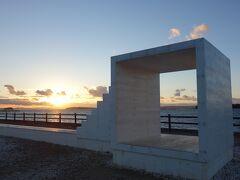 東港まで戻ってきました。【イーストハウス】越しに沈みゆく太陽を見届けます。それにしてもメチャクチャ寒いです。