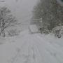 ロープウェイ山麓駅であるベースプラザからスタート。 一ノ倉沢へのハイキングルートは既にこんな状態。下に見えるのは谷川岳山岳資料館。 麓では小雨だが、ここまで来るとやはり雪。