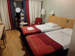 【ロヴァニエミ】 ロヴァニエミ空港に現地日本人ガイドの方が迎えに来てくれました 送迎車でホテルScandic Hotel Rovaniemiへ 自分たちの他にもう1組と一緒でした ホテルのベッドの毛布の柄がかわいかった!