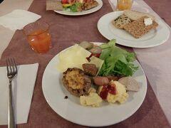 【朝食】 ホテルの朝食です ハム、チーズ、卵、パン、シリアルなど スモークサーモンや魚の酢漬けが3種類ほどあったのが北欧らしいかな 生野菜はサラダ用ではなくサンドイッチに挟む用みたいです 楕円形のはフィンランド料理のカレリアパイ 散々食べました