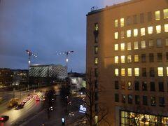 【ヘルシンキ】 飛行機は1時間半くらいでヘルシンキ・ヴァンター空港へ 空港からはフィンエアーのバスでヘルシンキ中央駅へ  バスを降りてすぐ目の前のホテルOriginal Sokos Hotel Vaakunaです  さすがにいいホテルだけあって部屋も広く、久々に湯船にも浸かれました レヴィのスーパーで買っておいたパンとお菓子で夕食を済ませました 翌日の観光の準備もそこそこに、眠りに就きました