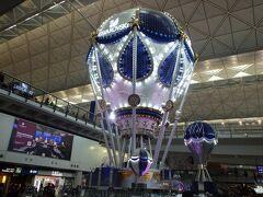 香港国際空港に到着 10月にe-channelの登録を済ませていただので、楽々イミグレでした 空港は、クリスマスモード全開です