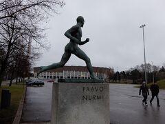 【オリンピック競技場】 国立オペラ劇場前でトラムを降り、オリンピック競技場へ 入り口には陸上選手のパーヴォ・ヌルミさんの銅像があります