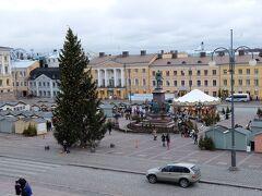【元老院広場・クリスマスマーケット】 大聖堂前の元老院広場では、クリスマスマーケットが開催中でした ツアー会社の旅程表に情報が載っていたので、楽しみにしていました  大きなクリスマスツリー!