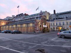 【オールドマーケットホール】 港の方まで歩き、オールドマーケットホールへ  昼に行ったハカニエミと似た雰囲気ですがこちらの方がやや小さめ 雰囲気のある建物でした