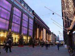 フィンランド最大のデパート、ストックマンStockmannです イルミネーション&ツリーがきれい 中は高島屋みたいな雰囲気