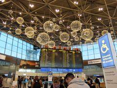 【帰路へ】 13:30ごろ中央駅からフィンエアーのバスに乗り空港へ 充分余裕を持って到着  チェックイン機でのチェックインを済ませ、手荷物検査も済ませ、 搭乗時刻がまで時間つぶしです  初日の乗り換えで来たときには時間がなくて見られませんでしたが、 今回は端から端までじっくり見て回ることができました ここの空港、お店が多くて楽しいです  帰りの便では残念ながら機内食が美味しくなかったです 夕食は豚肉のハンバーグか鶏肉の醤油炒めが選べましたが、ハンバーグが不味かった… 朝食のオムレツ、ウインナーもいまいち  無事に成田に到着して、さすがに日本食が恋しくなり、 うどんを食べに行ってしまいました   今回、一番の目的であったオーロラも奇跡的に見ることができ、 またヘルシンキ観光もトラムを駆使して充分に楽しむことができました 大変満足のいく旅行でした