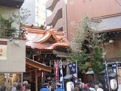 """受付場所の本館1F、室町口に回ると沢山の人が並んでいました。 受付の人から地図やバッジなどを貰い、まずは""""小網神社""""福禄寿・辨財天 (福徳・金運・長寿・学芸成就)を目指します。 小網神社を訪れるのは、昨年の""""東京下町八福神参り""""以来です。 その時は工事中だった本殿の屋根が今年は綺麗に葺き替えられていました!  到着すると本殿前は長蛇の列で、同行した妹に「お参りしていたら時間が無く なるよ!」と言われ、確かにそうだなと思い、遠くから手を合わせ 神社を後にしました・・・。"""