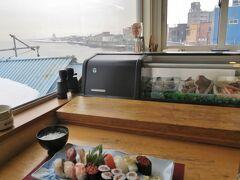 昼食は寿司。海を見ながら頂く寿司はうまい。もちろんビールも。