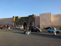 エディム広場の向かいの「マンスール門」