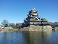 松本駅から徒歩で向かったのは松本城。  最近、旅行に行くたびにお城を見ている気がしますw   先日見た松山城や山の上にあったので堀が無かったのですがやっぱり堀があるとお城らしい気がします。 堀が浅いのには驚きましたが。