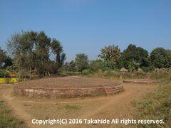 双子仏塔(Jori Stupa)  釈迦(गौतम बुद्ध)の父シュッドーダナ(सुद्धोदन (Śuddhodana))と母マーヤー(मायादेवी Māyā)を火葬した跡と言われている場所です。   シュッドーダナ:https://ja.wikipedia.org/wiki/%E6%B5%84%E9%A3%AF%E7%8E%8B マーヤー:https://ja.wikipedia.org/wiki/%E6%91%A9%E8%80%B6%E5%A4%AB%E4%BA%BA