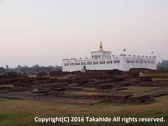 マヤ聖堂(मायादेवी मन्दिर (Maya Devi Temple))  釈迦(गौतम बुद्ध)生誕の地に建てられていた聖堂跡に新たに建てられたお堂です。   マヤ聖堂:https://en.wikipedia.org/wiki/Maya_Devi_Temple,_Lumbini