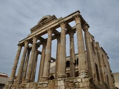古代ローマ時代に建てられたディアナ神殿です。 都市の中心であるフォロに面して建てられたもので、17世紀以来ディアナ神殿と呼ばれていますが、実際にはローマと皇帝に捧げられた神殿でした。ここはトラヤヌス帝のアーチの辺りとは別のフォロとのことですが、二つのフォロがあった理由はわかりません。 昨日博物館で見たアウグストゥス像はここに据えられていたのでしょうか。
