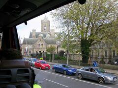 これで満席になったバスは、ジュリーズ・インを出発。  3日前に訪れたクライスト・チャーチ大聖堂やダブリニアを横目に見ながらダブリンの街を抜け、ツアーの最初の目的地、ダブリンの南西約100kmの位置にある歴史の街キルケニーに向かいます。  ちなみにこのバスツアーはWILD ROVER TOURS社のもので、キルケニー、ウィックロウ峠、グレンダーロッホというレンスター地方の主要な観光地を一日で見て回るというもの。  お値段は30ユーロ(約4,200円)で、移動距離が長いせいか、前日ゴールウェイで参加したモハーの断崖ツアー(25ユーロ)よりもちょっぴり高めの料金設定となっています。  【WILD ROVER TOURS〜Kilkenny, Wicklow Mountains & Glendalough 1 Day Tour】 http://wildrovertours.com/booking/details/46895/kilkenny-wicklow-mountains-glendalough-1-day-tour/