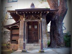【成田山新勝寺の素敵な門前町徘徊】  小さな祠....でもこの古さと堅く閉ざされた扉を見ていると....中に見えない何か(物の怪...)がいるような気が......ぶるっ....!!