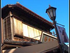 【成田山新勝寺の素敵な門前町徘徊】  そうそう、摩擦係数が高くて、なかなか開けるが辛い雨戸。毎朝・毎晩この「戸袋」を収納するのが、日常だったんだよぉねぇぇ......おじさんが子供の頃は。  私の母親は、雨戸を閉めれば泥棒が入らないから安?心?、と本気で思っていたもんね...。  そして、ある時期からステンレス製の雨戸が登場(スイスイと滑り、開閉が楽に)..そして消えて行った....という歴史.....。